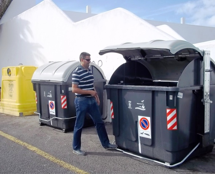 contenedores-presentados-por-el-concejal-de-limpieza-noviembre-2013