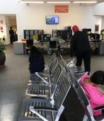 3-atencion-al-ciudadano-sillas-de-espera-mal-orientadas