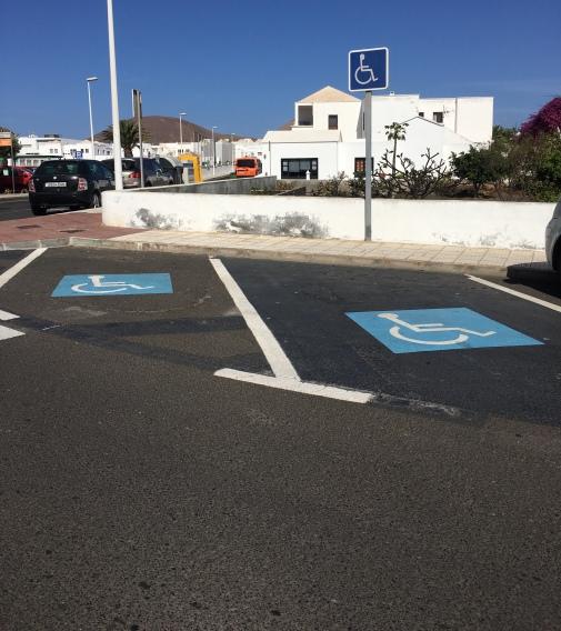 Estacionamiento PMR delante del Ayuntamiento mal señalizado y diseñado